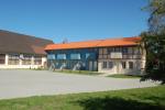 Fasadas ir automobilių stovėjimo aikštelė